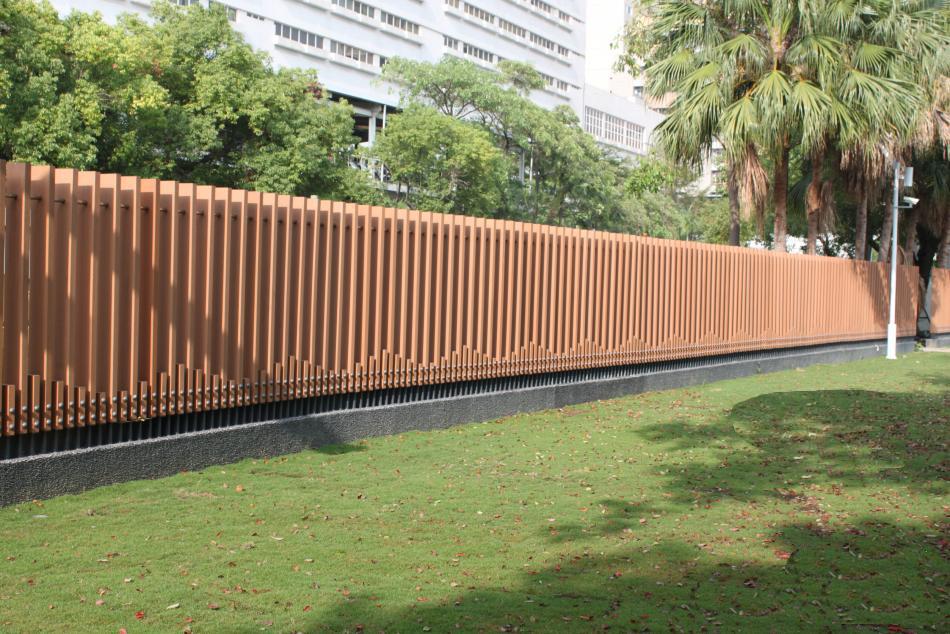 choose-Iron-fence-or-wood-plastic-fence